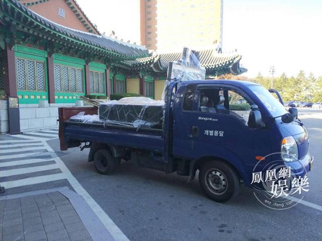 Xe tải chở đồ trang trí được điều động đến địa điểm cưới vào sáng 31/10. Ảnh: Phượng Hoàng.