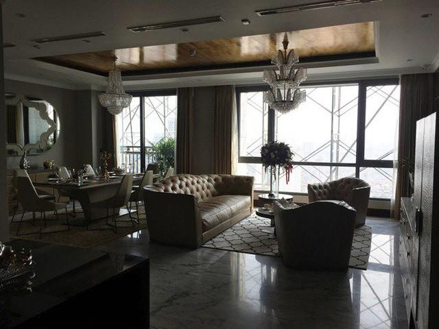 Không gian toàn cảnh phòng khách và phòng ăn liền nhau thành một khối được bao bọc bằng cửa kính nhìn thẳng ra hồ và công viên Cầu Giấy.