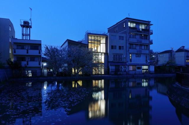 Nó được thiết kế gồm 3 tầng với tổng diện tích 230 m2.