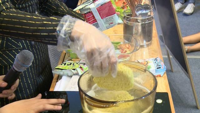 Bước 2: Cho vắt mì Gochi vào nồi khi nước đã sôi