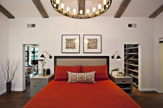 Nếu chỉ sở hữu một không gian hẹp nhưng lại quá yêu màu đỏ, gia chủ hãy thêm những sắc màu sáng để trung hòa không gian và có những lối thông khí rộng.