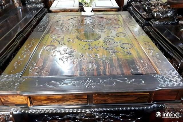 Chiếc bàn to được chạm khắc văn hoa đẹp mắt.