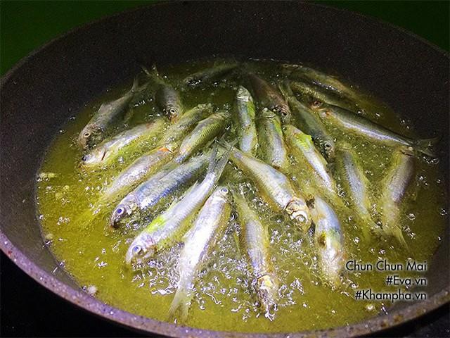 Bước 4: Trong lúc chiên cá, chuẩn bị một bếp khác, bắc nồi (hoặc 1 cái chảo khác) lên bếp. Cho phần thịt me vào đun nóng, khi sôi cho tiếp vào 2 thìa nước mắm, 1,5-2 thìa đường khuấy đều. Nêm nếm theo khẩu vị tuỳ ý, sau đó cho ớt, tỏi bằm vào đun cho đến khi mắm me sền sệt là được.