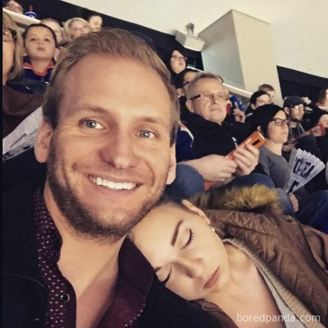Vợ hứa sẽ cùng chồng đi xem bóng đá. Và đây là kết quả: Ai xem cứ xem, người ngủ cứ ngủ.