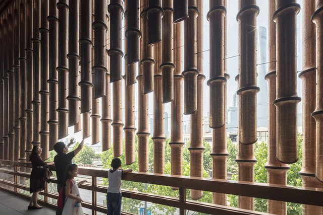 Nhiều du khách tỏ ra thích thú với thiết kế đặc biệt này của tòa nhà.