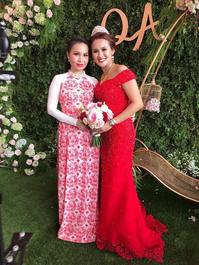 Ca sỹ Cảm Ly tới đám cưới biểu diễn.