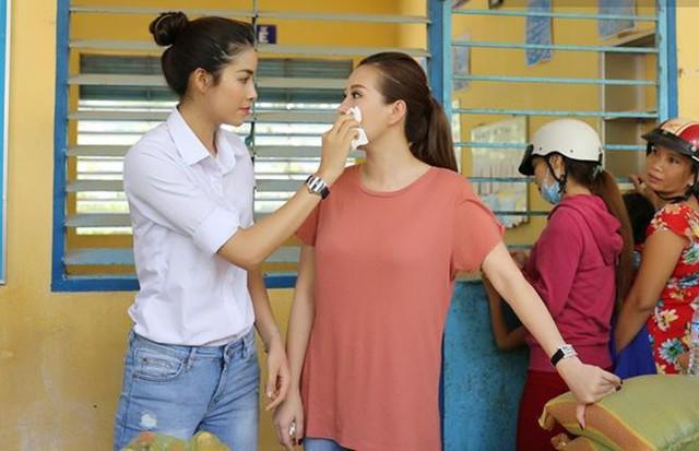 Phạm Hương và Thu Hoài thân nhau tới nỗi đã có không ít tin đồn về tình cảm trên mức chị em của hai người.