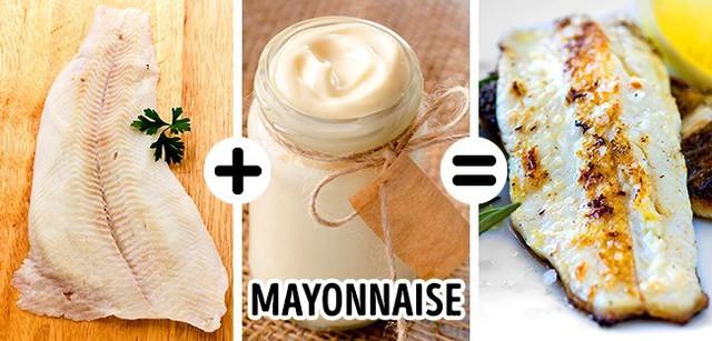 Muốn nướng cá với lớp vỏ hoàn hảo, bạn nên phết một lớp mỏng mayonaise lên trên. Lấy một cây cán bột, nhúng vào nướng sốt sau đó phết nhẹ nhàng lên lớp ngoài của miếng cá, sau đó thêm một chút muối rồi nướng chúng lên, bạn sẽ có lớp vỏ ngoài vàng ươm, ngon mắt. Nên hạn chế sử dụng gia vị cho món ăn này, sau khi hoàn thành, bạn phun một lớp mỏng nước cốt chanh lên trên.