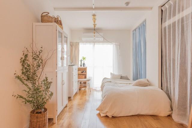 Phòng ngủ khá nhiều đồ đạc nhưng vẫn giữa được sự gọn gàng, sáng sủa và ấm cúng.
