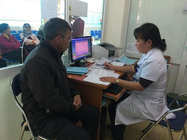 Khám bệnh cho bệnh nhân tại BVĐK tỉnh Điện Biên