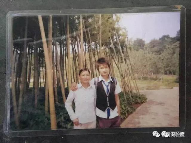 Ngô Vịnh Ninh chụp cùng mẹ khi còn nhỏ.