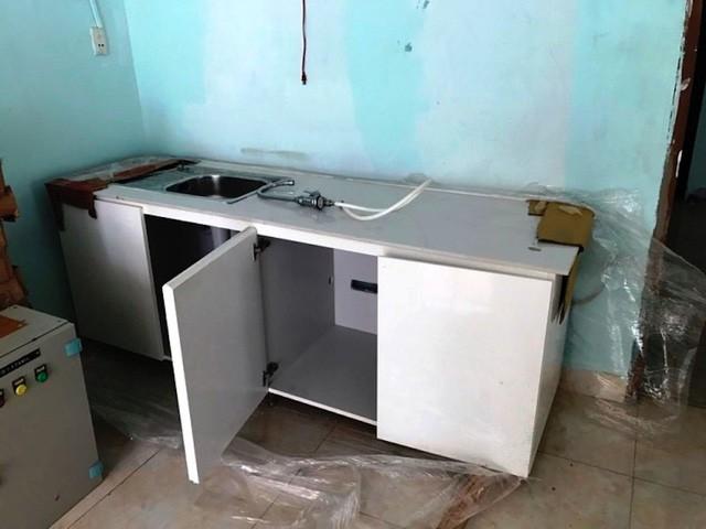 Một chiếc tủ bếp có bồn rửa giá 900.000 đồng.