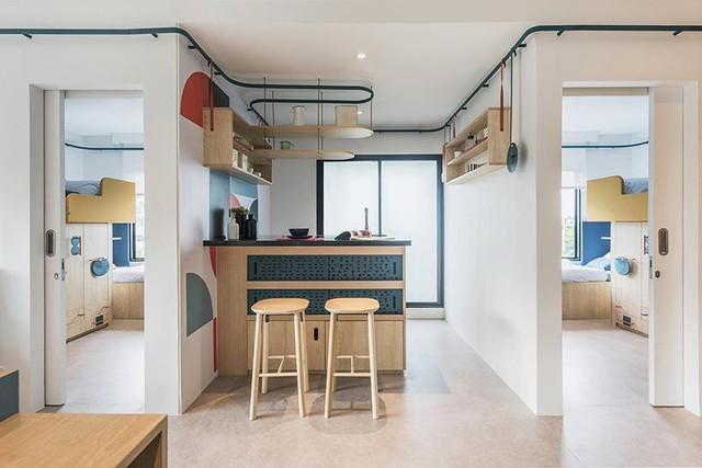 Ở giữa là không gian bếp ăn khá tiện nghi và sang chảnh, mọi thứ trong căn bếp được sắp xếp hợp lý, sử dụng kệ treo thay vì tủ mất nhiều diện tích.