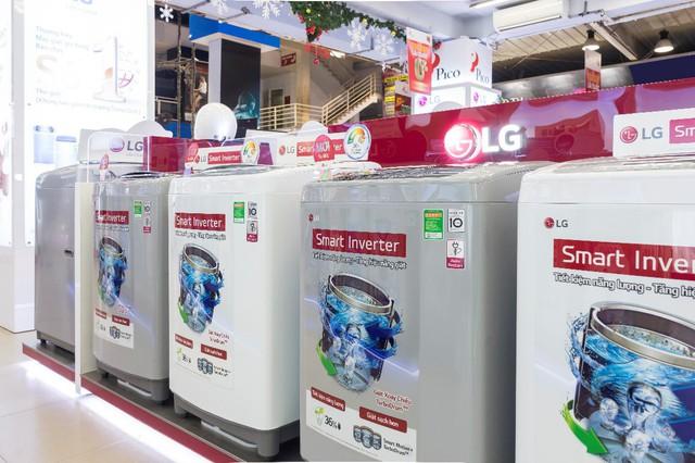 Các máy giặt có tích hợp công nghệ Inverter và các tiện ích thông minh được khách hàng quan tâm nhiều tại các siêu thị điện máy.