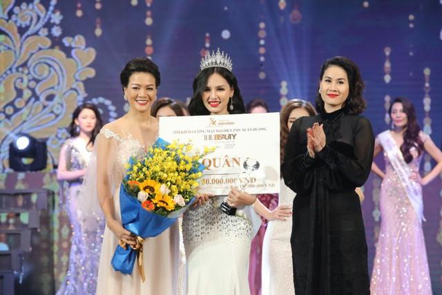 Nữ diễn viên Hoàng Xuân và Thân Thúy Hà trao giải cho Á quân 2