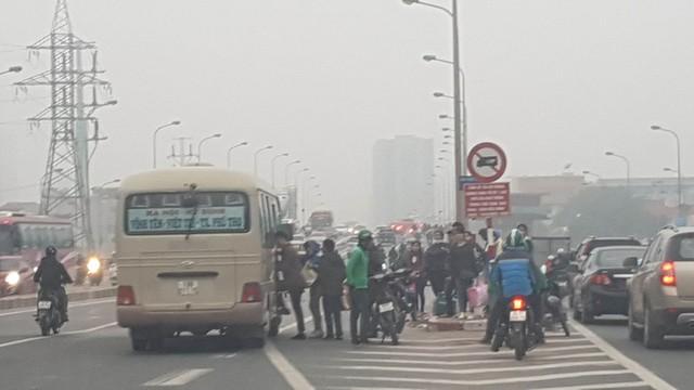 Một xe dừng bắt khách dọc đường Phạm Hùng