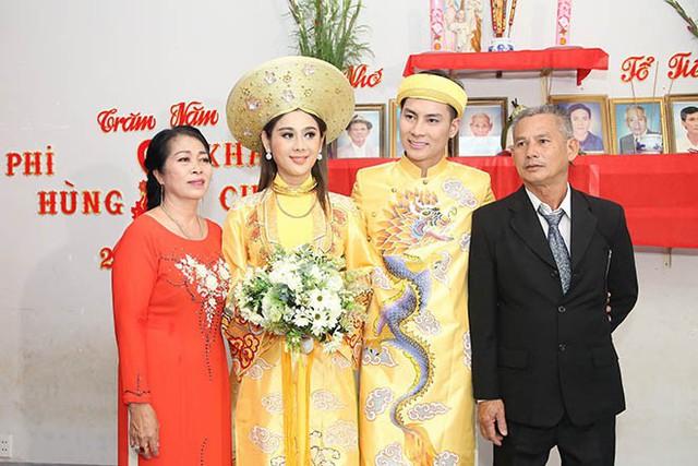 Lâm Khánh Chi bên chồng và bố mẹ chồng. Ảnh NVCC.