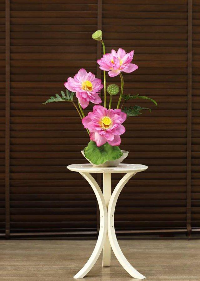 Một bình sen đẹp sẽ có sự pha trộn hài hòa giữa màu hồng phớt của hoa, màu xanh của lá và màu vàng rực rỡ của nhụy
