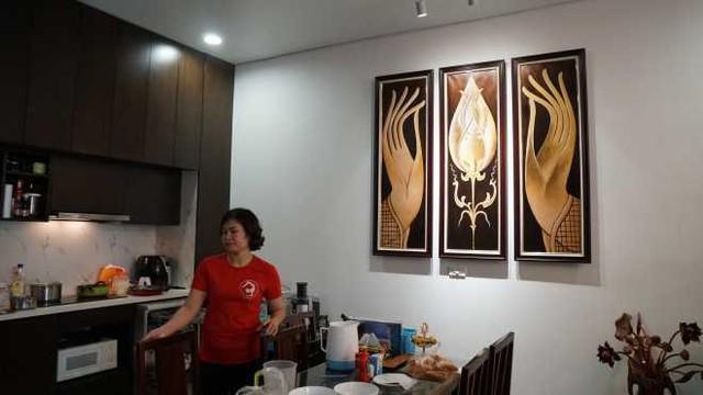 Điểm đáng chú ý nhất ở khu vực bàn ăn là bức tranh hoa sen lạ mắt. Nghệ sĩ Quang Tèo chia sẻ đây là món quà anh được tặng nhân dịp tân gia. Vợ Quang Tèo là người đảm đang một tay chu toàn việc chăm sóc gia đình.