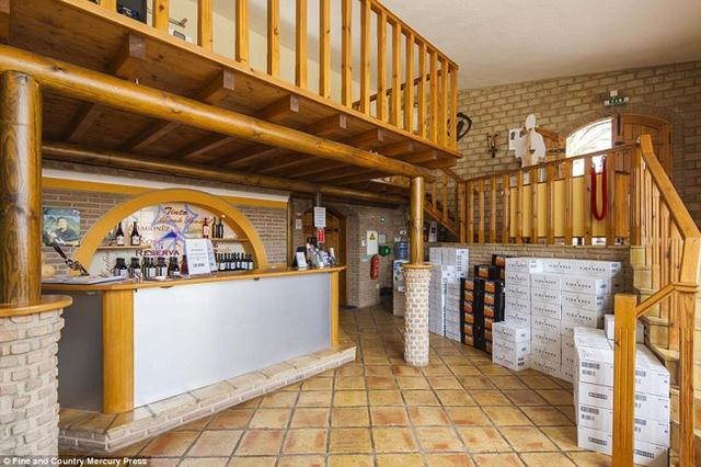 """Đây còn được coi là một """"nhà máy sản xuất rượu vang"""" của Richard. Quầy bar với các loại rượu thượng hạng """"của nhà làm được""""."""