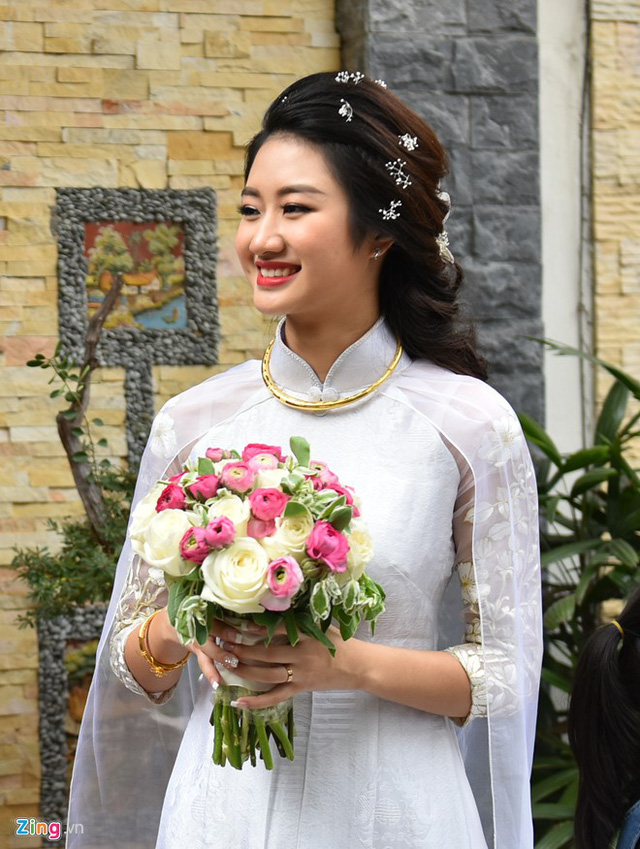 Trước khi di chuyển đến một khách sạn sang trọng để tổ chức tiệc ấm cúng cùng gia đình, Thu Ngân tung hoa cưới cho bạn bè, người thân.