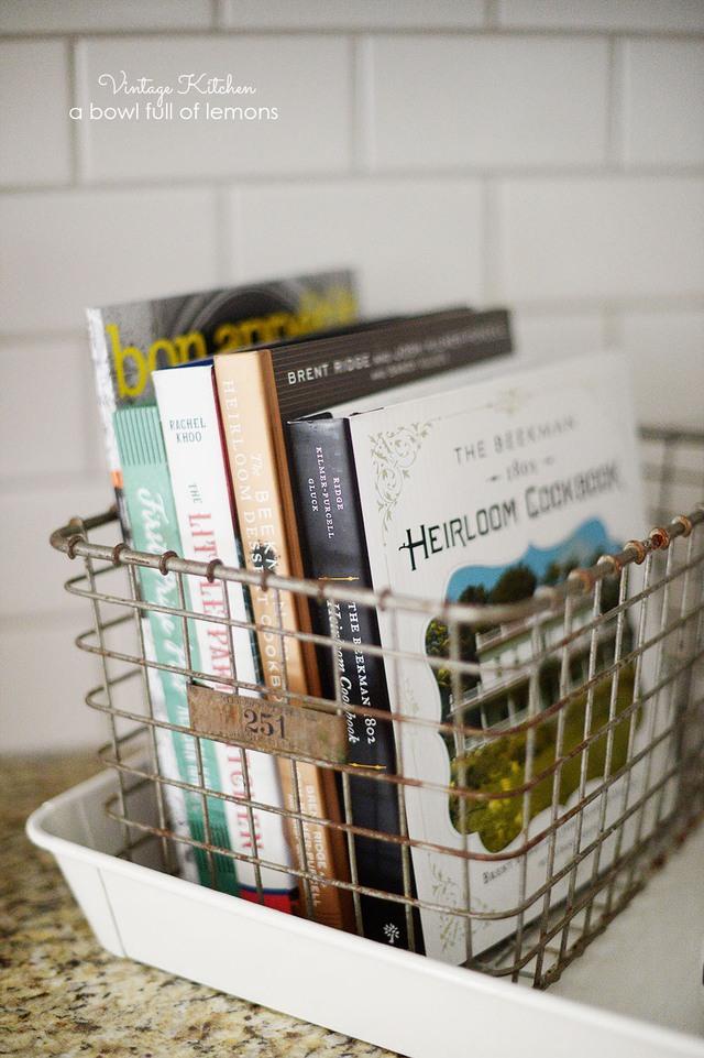 Còn những quyển sách dạy nấu ăn thì sao, một chiếc giá đựng nhỏ xinh sẽ giúp bạn giữ chúng ngăn nắp hơn.