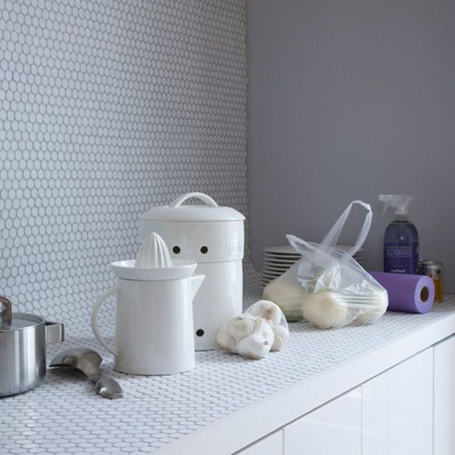 Gạch hoa văn hình đồng xu với tone màu trắng sáng cho phòng bếp.
