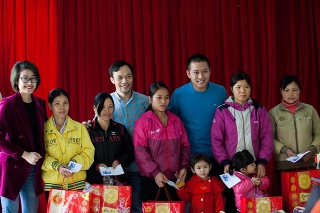 MC Phí Linh (trái) đồng hành với Tuấn Hưng trong chuyến đi.