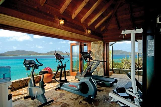 Du khách đến đây có thể thoải mái thư giãn trong bể bơi vô cực hoặc tập thể dục trong các phòng tập có tầm nhìn rộng ra biển. Ảnh: Virgin Limited Edition.