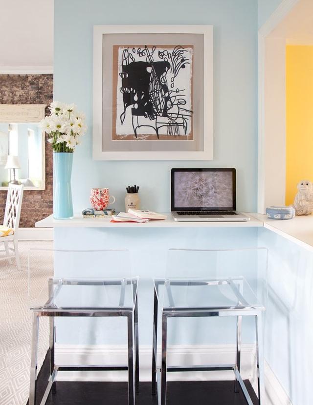 Những góc nhỏ, nếu được chú ý tận dụng sẽ là những không gian cực kì hữu ích trong nhà, và những ngôi nhà với diện tích hạn hẹp thì càng không nên lãng quên không gian này. Ví dụ, một chiếc bàn ăn hoặc bàn làm việc nhỏ sẽ cực kì phù hợp cho những mảng tường nối các không gian trong nhà.