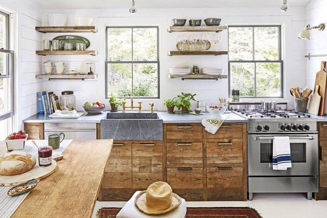 Phòng bếp khá tươi sáng với nhiều ô cửa sổ kính à tường màu trắng. Tủ bếp và kệ nổi đều được làm từ gỗ mang chút mộc mạc cho không gian, trong khi đó bồn rửa làm bằng đá và mặt bếp lại được làm bằng thép không gỉ hiện đại. Thậm chí, một vài món đồ nhỏ như vòi nước đều được làm bằng đồng giúp cho ngôi nhà vừa có nét bình dị, gần gũi mà vẫn sang trọng. Trong khi đó, theo chủ nhà tiết lộ thì trong phòng bếp này không hề có bất kỳ thứ gì đắt tiền cả.