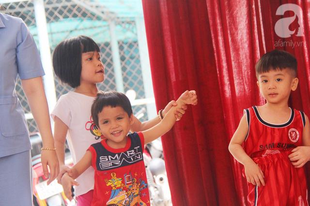 Bé nhỏ khoảng 3 tuổi rất hoạt bát, lanh lợi, vui đùa cùng các bạn tại trung tâm