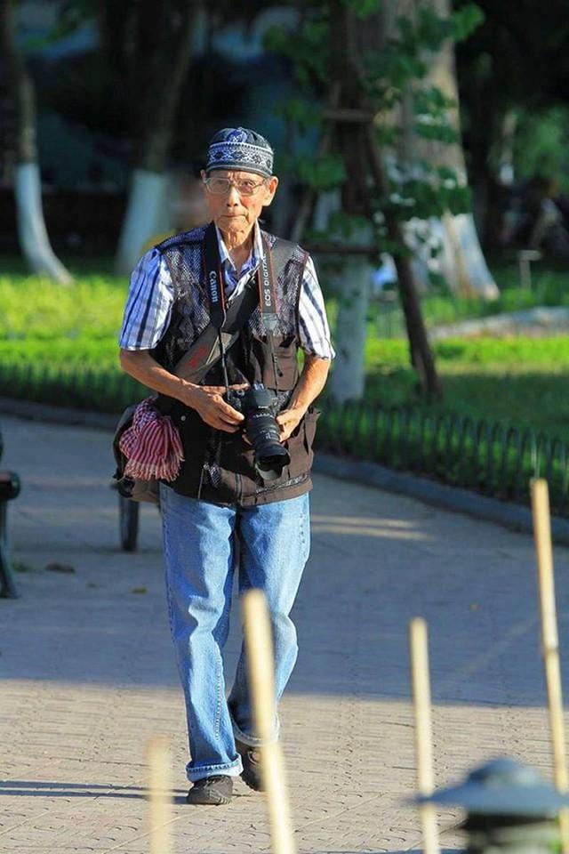 Lang thang dọc bờ hồ và lưu giữ những khoảnh khắc đẹp của Hồ Gươm  qua bốn mùa trong năm niềm say mê của nhiếp ảnh gia 86 tuổi Nguyễn Tấn Vinh. Ảnh: NVCC