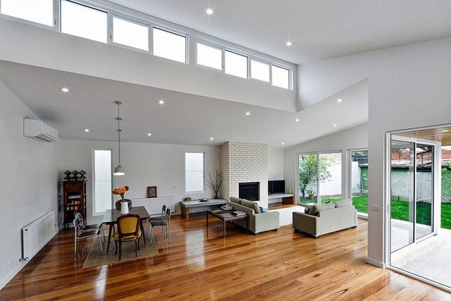 Các đồ dùng nội thất trong ngôi nhà được chủ nhân chọn lựa khá tỉ mỉ dựa trên công thức: đơn giản là đẹp. Hầu như các món đồ không một chút cầu kì. Điều này thể hiện ở chỗ chủ nhân chỉ trang trí độc một bình hoa hướng dương vàng làm điểm nhấn cho toàn bộ không gian.