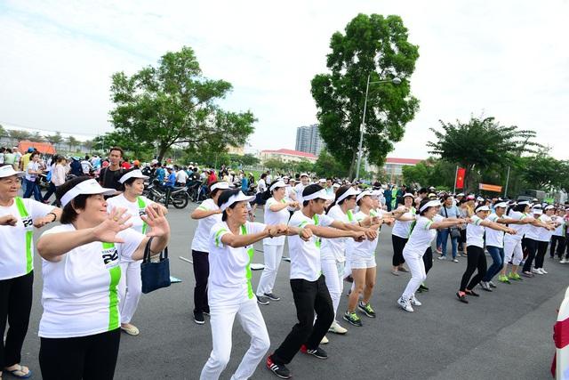 Màn nhảy flashmob đồng diễn trước khi chạy