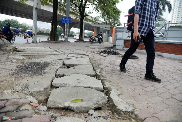 Nắp cống sứt mẻ, không còn nguyên vẹn, xuất hiện những đoạn sắt thép trồi lên mặt đất.