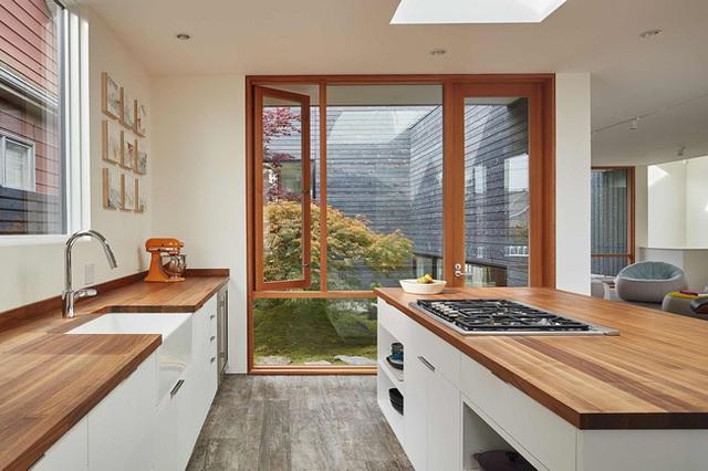 Phòng bếp với thiết kế hệ thống tủ bếp, bàn bếp và đảo bếp.