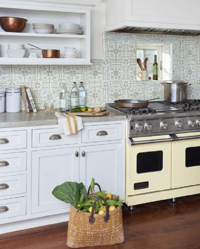 Nhà bếp được Maya Williams thiết kế theo phong cách bán cổ điển từ màu tủ vàng be, đến các bát đĩa bằng đồng. Ngay cả mẫu bếp ga mà cô sử dụng cũng là loại đã cũ từ rất nhiều năm về trước.