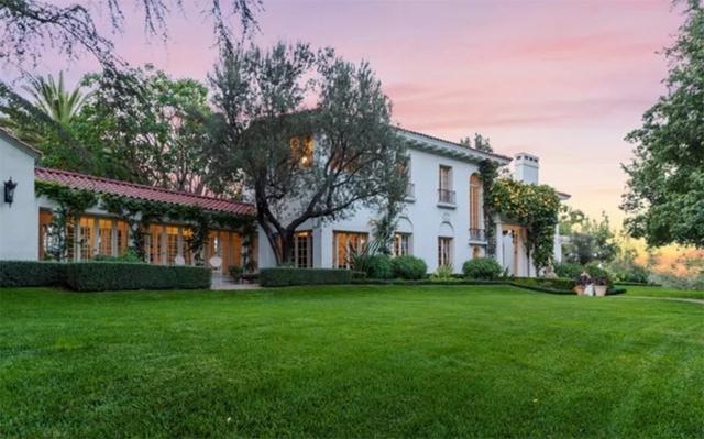 Ngôi nhà được xây dựng từ năm 1913, là một trong những cơ ngơi cổ kính nhất ở Los Angeles. Đạo diễn lừng danh Cecil B. DeMille đã sống ở đây cho đến khi qua đời vào năm 1959.