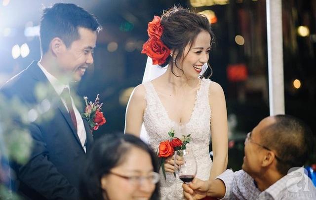 Màu đỏ được decor vô cùng ấn tượng trong tiệc cưới.