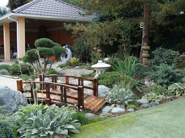 Những yếu tố trang trí được thêm vào để hoàn thiện nét đẹp trong những khu vườn châu Á.