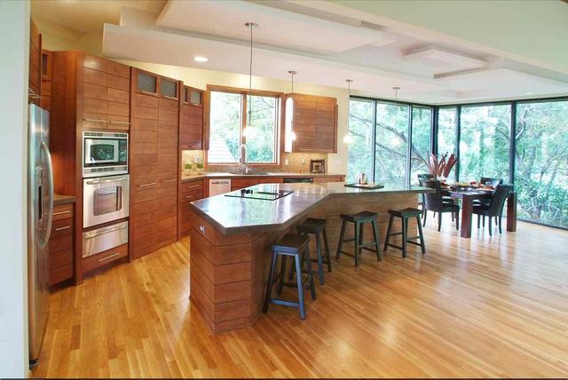 5. Hay bạn cũng có thể tận hưởng khung cảnh núi rừng xanh mát bao quanh ngôi nhà ngay từ căn bếp.