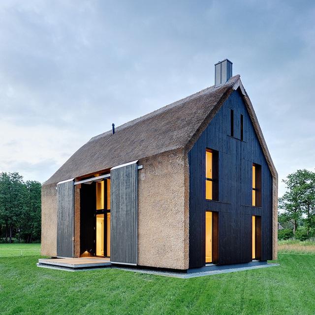 Nhà tranh theo phong cách hiện đại phổ biến hơn bạn nghĩ đấy. Ngôi nhà tại miền Bắc nước Đức này đã kết hợp giữa vẻ đẹp truyền thống và hiện đại. Ngôi nhà được thiết kế bởi Mohring với cái nhìn ấn tượng nhờ sự tương phản giữa mái tranh và cửa sắt màu đen.