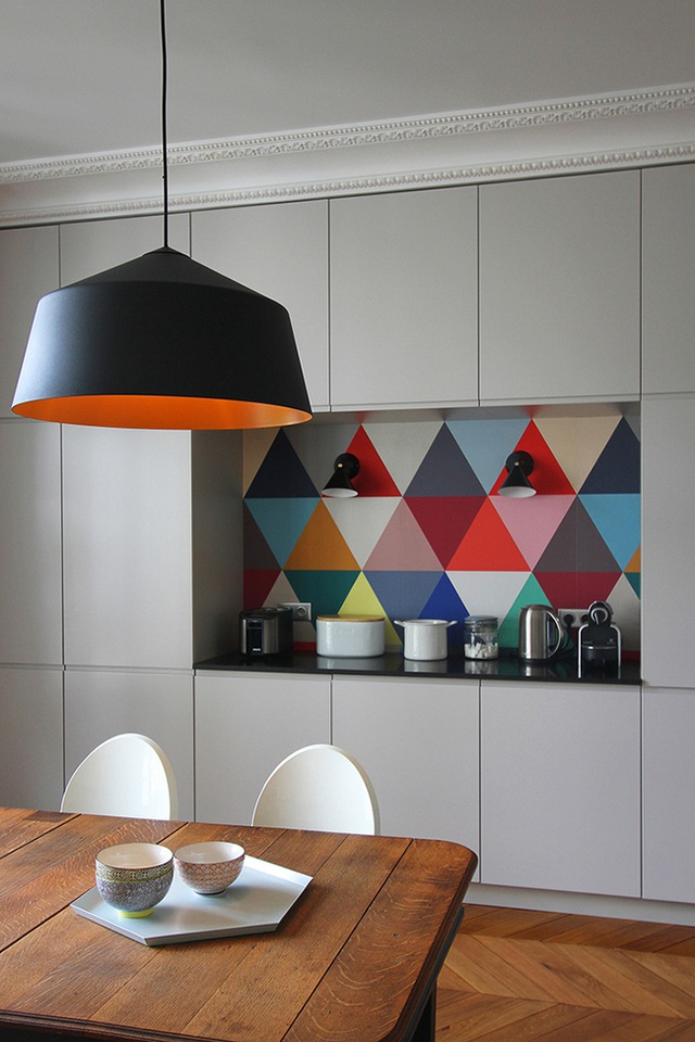 Tường bếp họa tiết hình học với đủ màu sắc khiến cho phòng bếp hiện đại này không thể chất hơn được nữa.