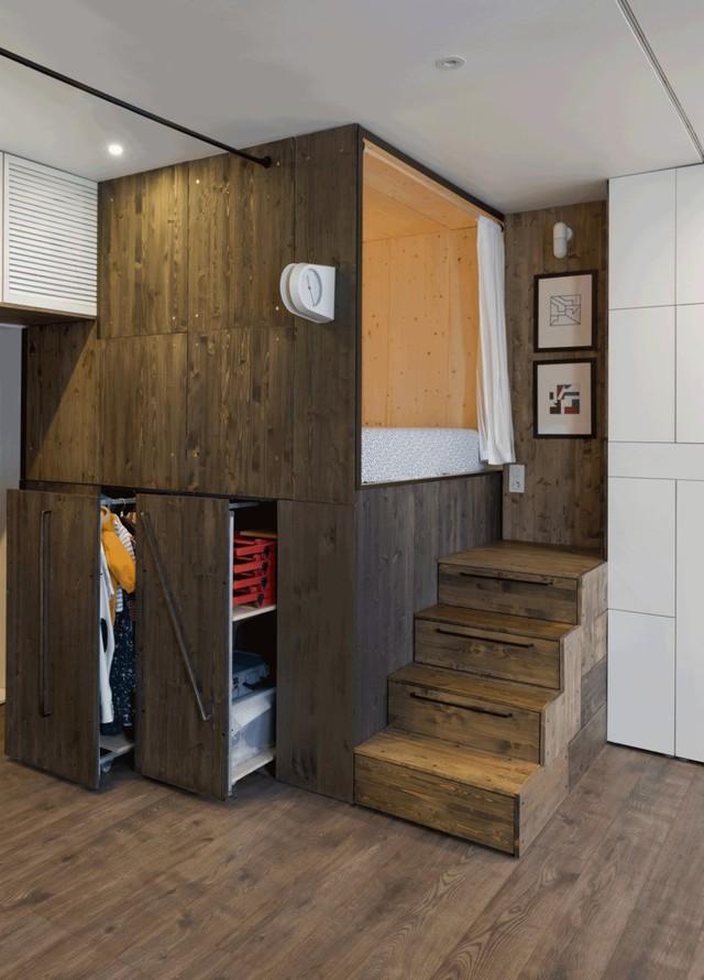 Bên dưới giường ngủ là tủ đồ dạng ngăn kéo, gồm ba ngăn lớn giúp chủ nhân có thêm không gian chứa đồ. Bậc thang lên giường ngủ cũng là những ngăn kéo ẩn để chứa đồ.