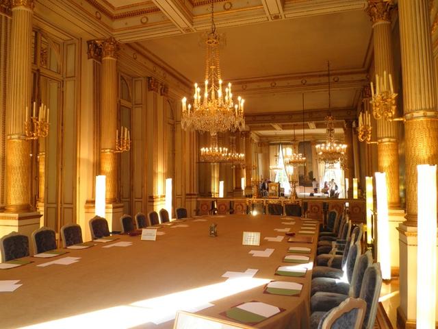 Vào sáng thứ 4 hàng tuần, Nội các Chính phủ họp phiên thường lệ ở Salon Murat, Phòng Murat, căn phòng lấy theo tên của Joachim-Napoléon Murat, em rể của Napoléon Bonaparte và là một trong những nguyên soái nổi bật nhất trong các chiến dịch của vị hoàng đế này. Trong căn phòng này tổng thống sẽ ngồi chính giữa và đối diện với thủ tướng, xung quanh là cácbộ trưởng. Các cuộc họp của Hội đồng Quốc phòng cũng được tổ chức tại đây.