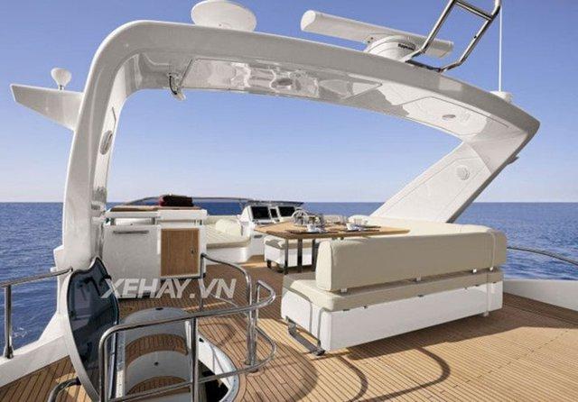 Phần boong thuyền được thiết kế sang trọng với sàn gỗ cao cấp.