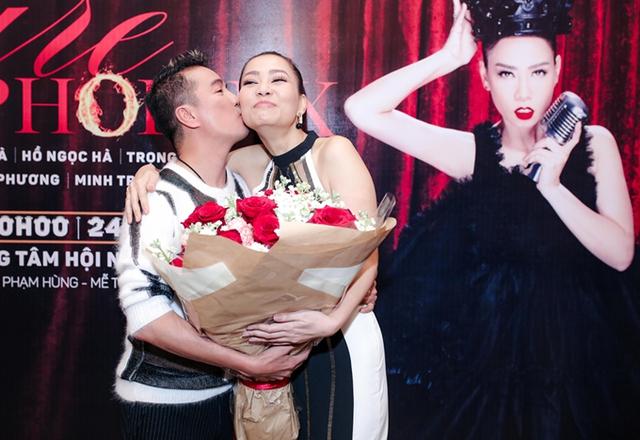 Đàm Vĩnh Hưng cũng thân mật ôm eo, hôn đáp lễ lại Thu Minh.