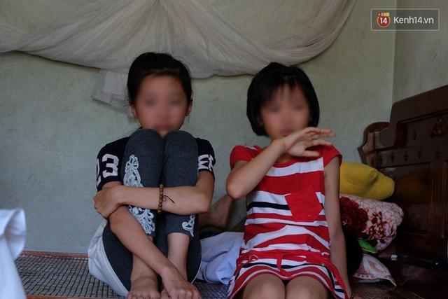 Hai em gái của T.A. liên tục bật khóc thương cho chị gái xấu số.