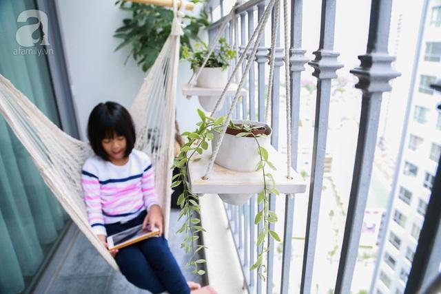 Logia nhỏ với võng treo và cây xanh là nơi thư giãn ưa thích của chị Thu và bé Chip - con gái chị.